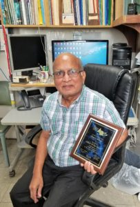 Dr. Ram S. Katiyar mostrando el premio que le fue otorgado