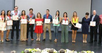 Estudiantes del cuadro de honor 2017-2018 posando con sus certificados